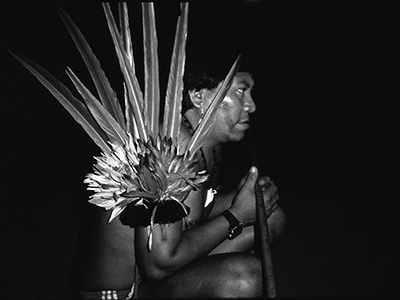 Davi Kopenawa during a shamanic session. (B. Albert, 1993.)