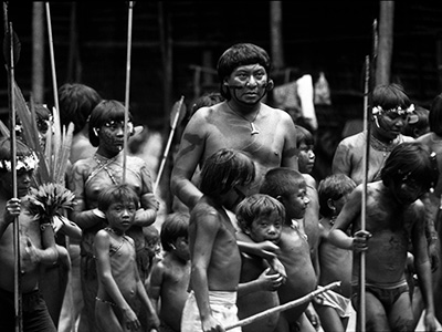 Davi Kopenawa and Watoriki children. (F. Watson-Survival International, 1990.)